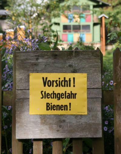 Schild: Vorsicht Stechgefahr Bienen!